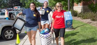 President Welsh and Student Volunteers_Move In Day_ESU (1)